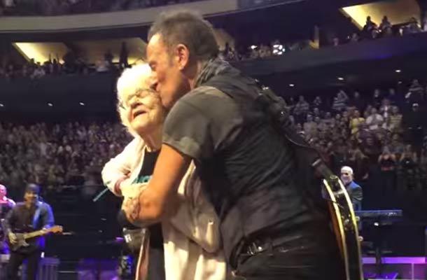 Bruce Springsteen danst met 91-jarige fan