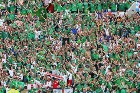 Videosnack: Ierse voetbalfans zingen baby in slaap