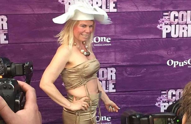 Anne-Marie Jung in gênante outfit voor programma Foute Vriendinnen