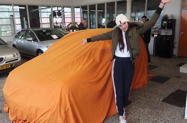 Famke Louise koopt eerste auto