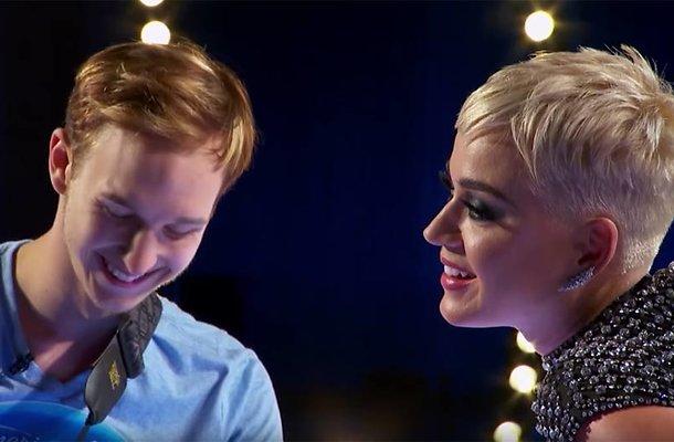 Katy Perry geeft American Idol-kandidaat ongevraagd eerste zoen